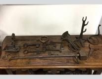 Chiavi, stadere e attrezzi antichi in ferro battuto